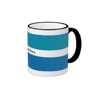 El blanco azul raya el modelo del monograma taza de café