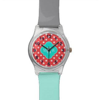 El blanco coralino puntea el monograma brillante relojes de mano