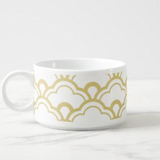 El blanco de la hoja de oro horneado a la crema y tazón