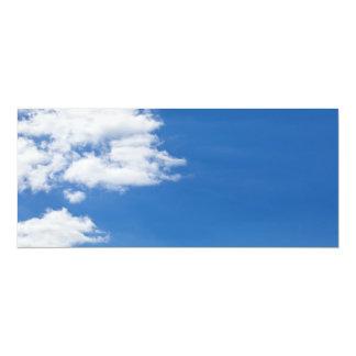 """El blanco del cielo azul se nubla el espacio en invitación 4"""" x 9.25"""""""