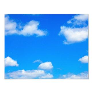 El blanco del cielo azul se nubla el fondo divino invitación 10,8 x 13,9 cm