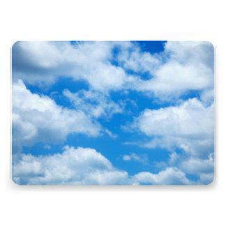 """El blanco del cielo azul se nubla el fondo divino invitación 5"""" x 7"""""""