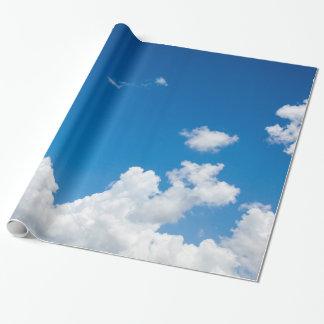 El blanco del cielo azul se nubla el fondo divino papel de regalo