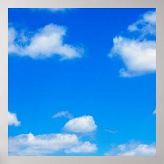 El blanco del cielo azul se nubla el fondo divino póster