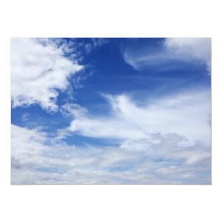 El blanco del cielo azul se nubla el fondo - invitación 13,9 x 19,0 cm