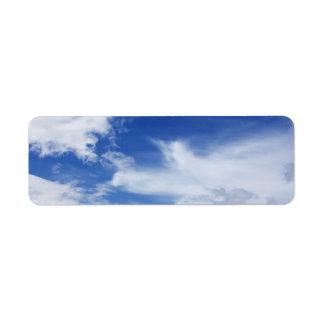 El blanco del cielo azul se nubla el fondo - modif etiqueta de remite