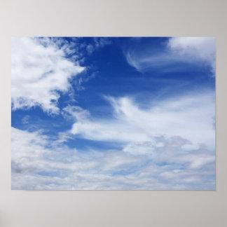 El blanco del cielo azul se nubla el fondo - póster
