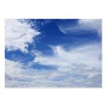 El blanco del cielo azul se nubla el fondo - tarjeta personal