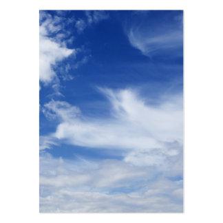 El blanco del cielo azul se nubla el fondo - tarjetas de visita grandes