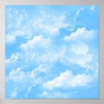 El blanco del cielo azul se nubla el poster