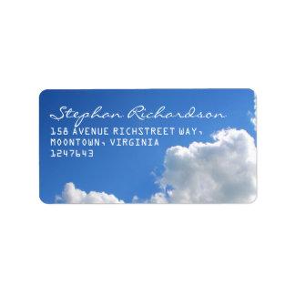 el blanco del cielo azul se nubla etiquetas de etiquetas de dirección