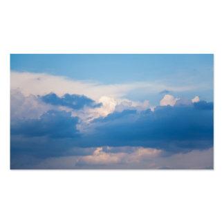 El blanco del cielo azul se nubla la plantilla del tarjetas de visita