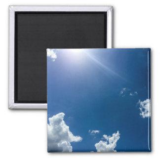 El blanco del cielo azul se nubla los cielos imán cuadrado