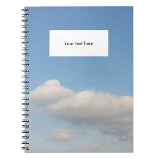 El blanco del cielo azul se nubla materiales de libro de apuntes