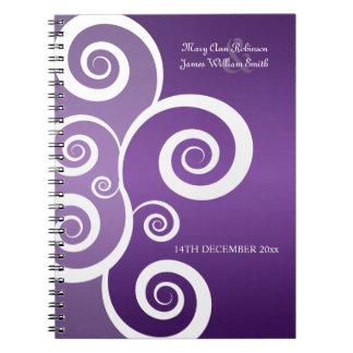 El blanco del favor del boda remolina púrpura libros de apuntes con espiral