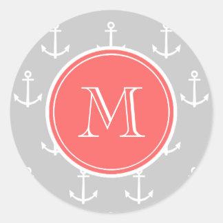El blanco gris ancla el modelo, monograma coralino pegatina redonda
