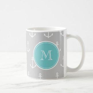 El blanco gris ancla el modelo, monograma del taza clásica