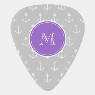 El blanco gris ancla el modelo, monograma púrpura púa de guitarra