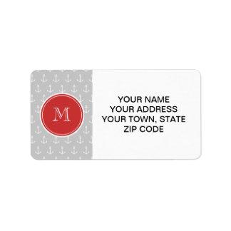 El blanco gris ancla el modelo, monograma rojo etiquetas de dirección