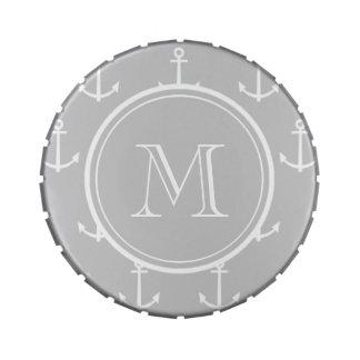 El blanco gris ancla el modelo, su monograma latas de dulces