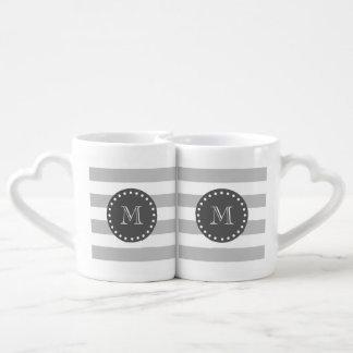 El blanco gris raya el modelo, monograma del carbó tazas para enamorados