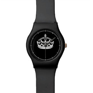 El blanco guarda la corona tranquila en negro reloj de mano