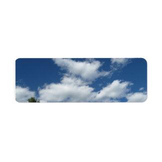 El blanco hinchado se nubla etiquetas del remite etiqueta de remite