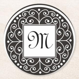 El blanco negro con monograma remolina modelo posavasos de cartón redondo