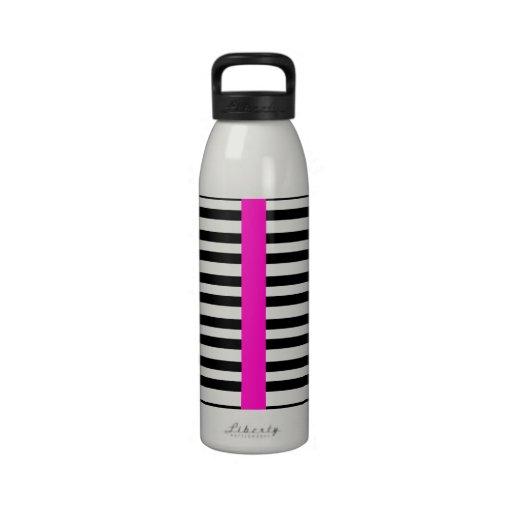 El blanco negro elegante raya la raya femenina de  botellas de agua reutilizables