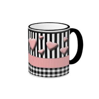 El blanco negro raya corazones rosados taza a dos colores