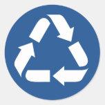El blanco recicla símbolo en fondo azul marino etiqueta redonda