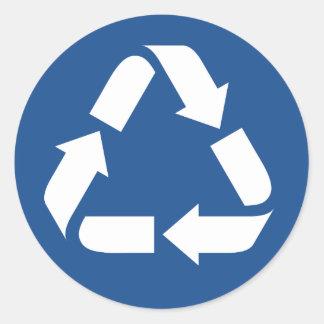 El blanco recicla símbolo en fondo azul marino pegatina redonda