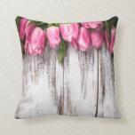El blanco rústico llevado vintage pintó el tulipán cojines