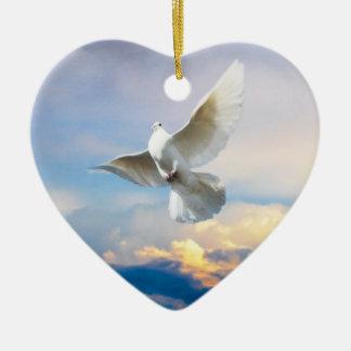 El blanco se zambulló en vuelo adorno de cerámica en forma de corazón