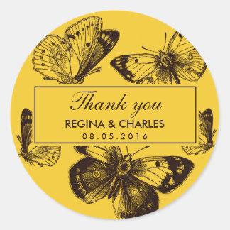 El boda amarillo de la mariposa del vintage le pegatina redonda