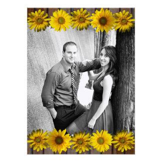 El boda amarillo de madera de la foto del girasol  invitaciones personales