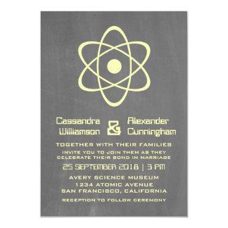 """El boda atómico amarillo de la pizarra invita invitación 5"""" x 7"""""""