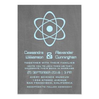 """El boda atómico azul de la pizarra invita invitación 5"""" x 7"""""""