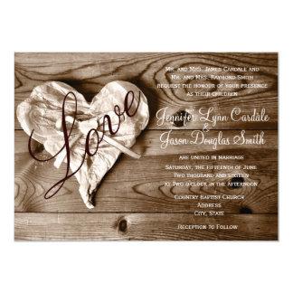 """El boda de madera del corazón del amor del granero invitación 5"""" x 7"""""""