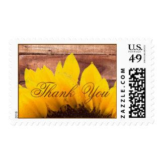 El boda de madera rústico del girasol le agradece timbres postales
