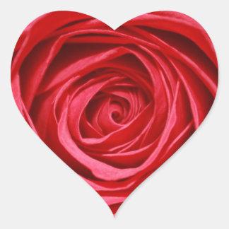 El boda del rosa rojo florece estampados de flores pegatina en forma de corazón