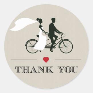 El boda en tándem de la bicicleta le agradece los pegatina redonda