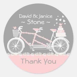 El boda en tándem de la bicicleta le agradece pegatina redonda