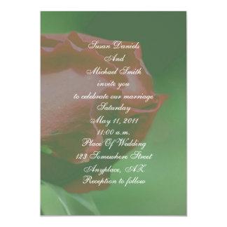 El boda floral del capullo de rosa rojo invita anuncio