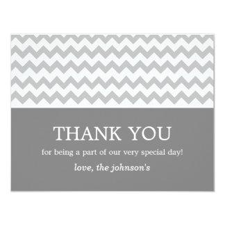 """El boda gris oscuro y gris de Chevron le agradece Invitación 4.25"""" X 5.5"""""""
