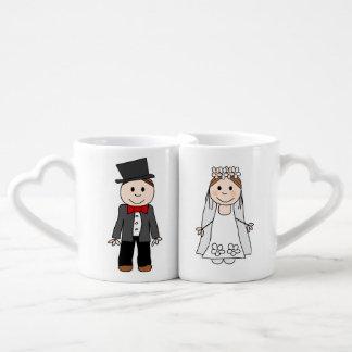 el boda, la novia y el novio, corrigen detrás el tazas amorosas