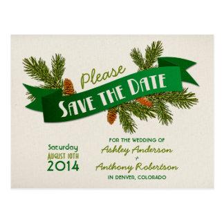El boda que acampa de las ramas del pino ahorra la tarjeta postal