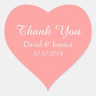 El boda rosado coralino en forma de corazón le pegatina en forma de corazón