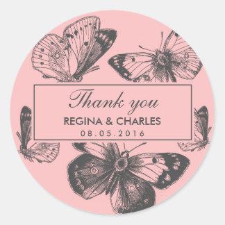 El boda rosado de la mariposa del vintage le pegatina redonda