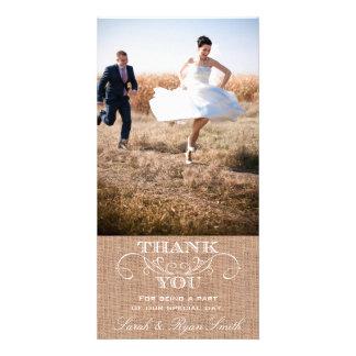 El boda rústico de la impresión de la arpillera le tarjeta con foto personalizada
